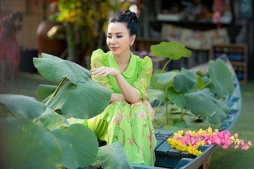 Hoa hậu Châu Ngọc Bích chọn 4 Áo dài rực rỡ diện trong ngày đầu năm Canh Tý