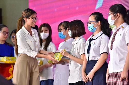 Tiên Nguyễn đại diện tập đoàn IPP trao học bổng Nguyễn Thị Minh Khai