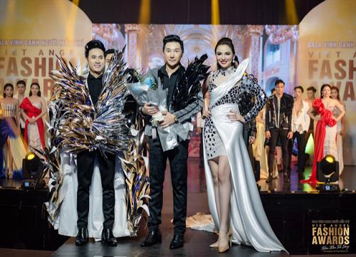 Ca sĩ Nguyên Vũ cùng hoa hậu Diễm Hương xuất hiện đầy cuốn hút tại show thời trang.