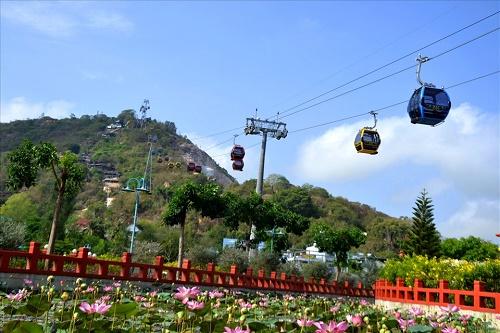 Giỗ Tổ Hùng Vương, đi cáp treo Núi Sam ngắm toàn cảnh Châu Đốc