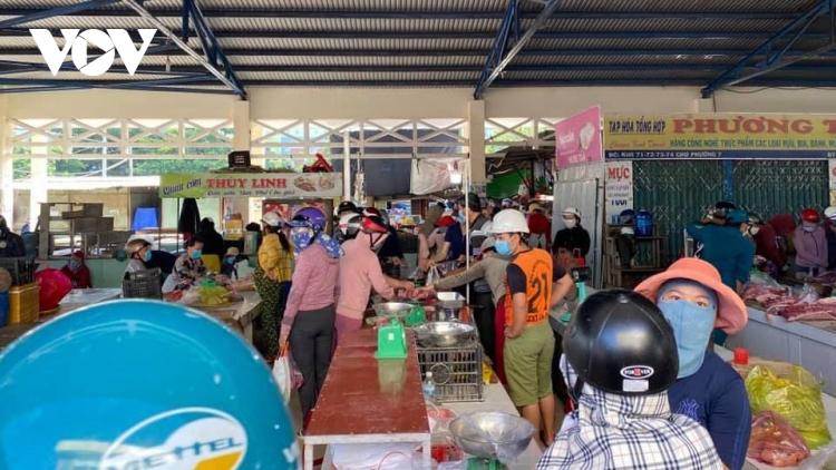 Người dân thành phố Tuy Hòa đổ xô đi mua đồ tích trữ