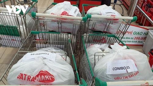 Siêu thị ở TP.HCM tập trung bán hàng cho người đi chợ hộ và mua chung