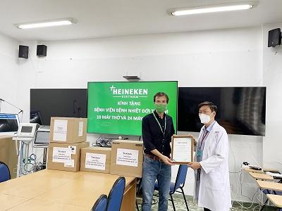 HEINEKEN Việt Nam trao tặng nhiều máy móc hỗ trợ điều trị Covid-19 cho BV Bệnh Nhiệt đới Tp.HCM