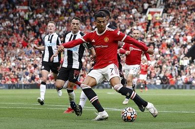 """Toàn cảnh: Màn trình diễn siêu hạng của Ronaldo trong trận """"ra mắt"""" MU"""