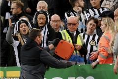 Cổ động viên đột quỵ, trận Newcastle vs Tottenham bị tạm dừng