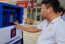 Khách tự đổ xăng và thanh toán bằng thẻ tại 11 cây xăng ở TP HCM