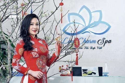 Hoa hậu Vũ Loan diện áo dài tự tay trang trí cho LoanCharm Spa của mình