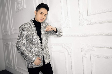 Nhật Tinh Anh khoe vẻ điển trai, trẻ trung với  Vest CoCo&PaPa