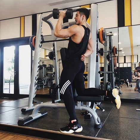 Dương Mạc Anh Quân chứng minh chỉ cần chăm tập gym là thành cực phẩm