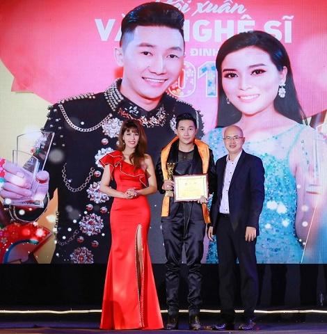 Nhà thiết kế Nam Phong nhận giải Quý Ông Hoàn Hảo 2019