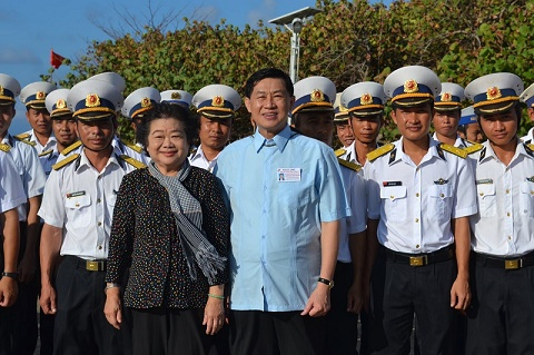 """""""Vua hàng hiệu"""" Johnathan Hạnh Nguyễn luôn hướng về đất nước và  biển đảo quê hương"""