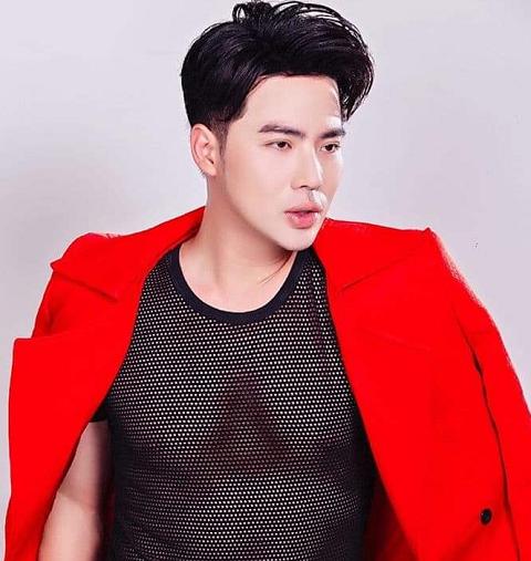 Mix áo lưới cùng vest Coco & Papa, Lưu Việt Hùng ghi điểm cộng với khán giả về gu thời trang